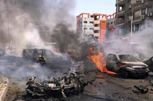 Varios bomberos trabajan en la extinción del incendio causado tras el atentado contra el fiscal general egipcio, Hisham Barakat.
