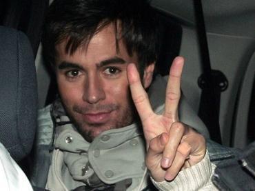 El cantante Enrique Iglesias en el interior de un coche.