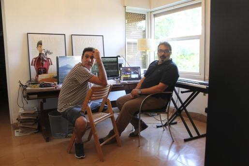 Agustí Villaronga y Joan Valent, en el estudio en el que se está gestando la banda sonora de 'El Rey de La Habana'.