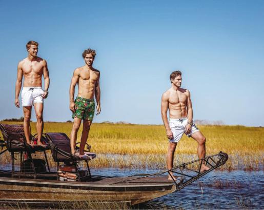 Para los chicos esta temporada triunfan los bañadores con 'prints' en modelos de todas las longitudes.
