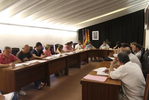 El pleno aprobó el otorgamiento del Escut d'Or a Ferran Pizà.