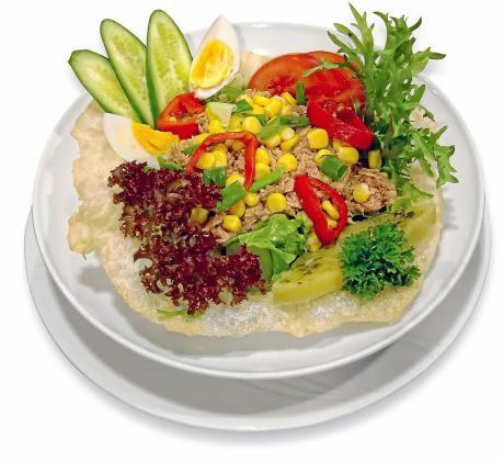 Ensalada básica con atún, maíz, pimiento y kiwi.