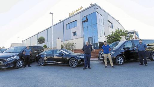 Empleados de Dipesa posan junto a varios de los vehículos en la sede de la empresa.