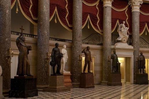 En primer plano la estatu de Fray Junipero Serra en el Capitolio.