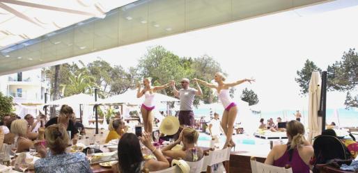 El Nikki Beach ofreció diversión durante la tarde. Las 'performances' hicieron bailar a todas las mujeres presentes. Foto: ARGUIÑE ESCANDÓN