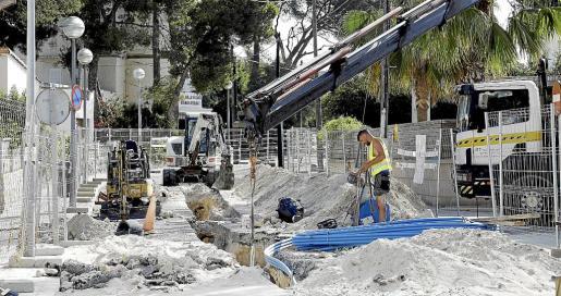 Los residentes en la calle Bartolomé Xamena viven un calvario para llegar a sus casas.