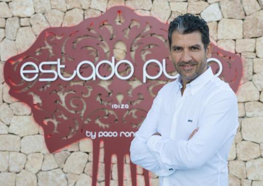 Paco Roncero, uno de los chefs más importantes del mundo, delante de su restaurante ibicenco. Foto cedida por: HARD ROCK