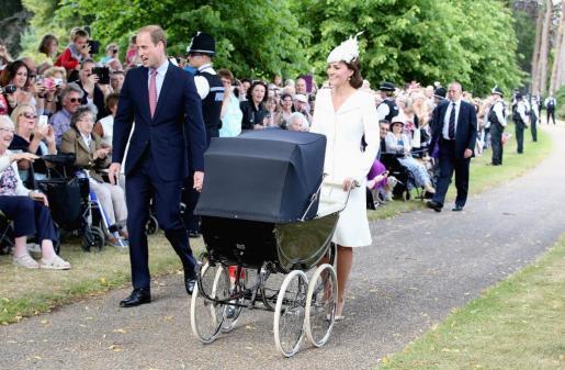 Los duques de Cambridge llegan junto a sus hijos Jorge y Carlota a la iglesia de Santa María Magdalena.