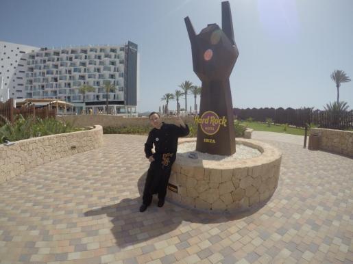 Rubén Fernández en la puerta del Hard Rock, donde dirige el único Hard Rock beach que existe en el mundo.
