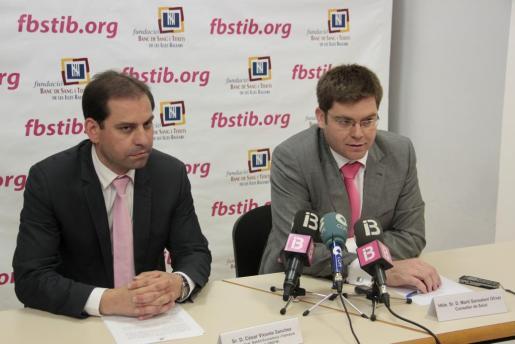 El ex director general de Gestión Económica y Farmacia, César Vicente Sánchez, y el ex conseller de Salud, Martí Sansaloni.
