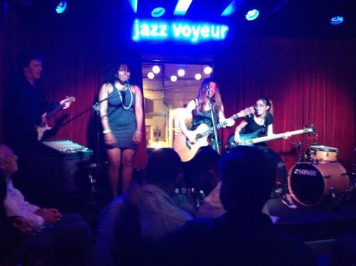 El escenario del Jazz Voyeur Club acoge semanalmente varios conciertos.