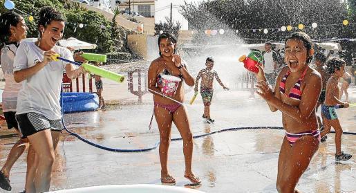 El agua refrescó a los participantes en una típica tarde de verano del mes de julio como la de ayer. Foto: ARGUIÑE ESCANDÓN