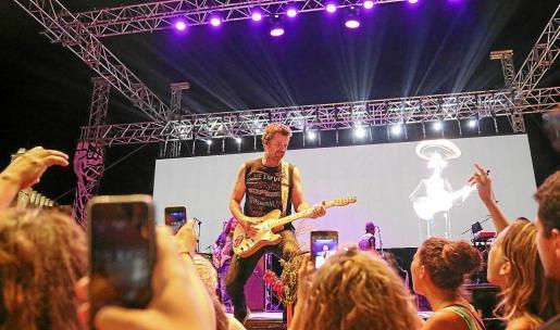 Un momento de la actuación de Jarabe de Palo. Foto: ARGUIÑE ESCANDÓN