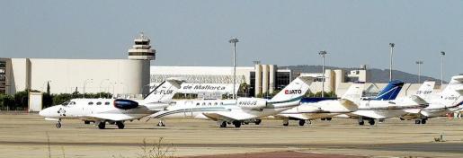 Jets privados y de aerotaxis, en la plataforma de estacionamiento de aeronaves próxima a la terminal de Aviación General del aeropuerto de Palma.