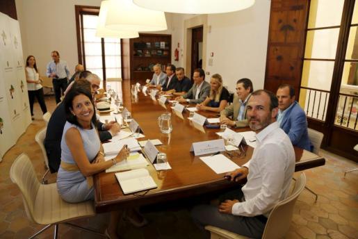 Biel Barceló e Inma de Benito, en primer plano, durante la reunión con la patronal hotelera.