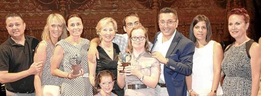 Emilio Moreno, Lina Pons, Paula Serra, Montse Fuster, su nieta María y su hija Lourdes Marrero, Josep Company, Carlos Durán, Yolanda Ruiz y Marga Noguera.