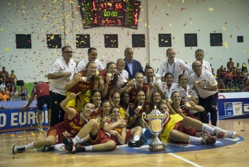Jugadoras y cuerpo técnico de la selección española de baloncesto femenino sub20, tras recibir el trofeo que les acredita como campeonas del campeonato de Europa sub20 que se ha disputado en Lanzarote, al derrotar esta noche en la final al combinado de Francia por 66-47.