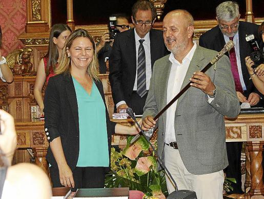 Junto a la expresidenta del Consell Maria Salom, que le traspasó la vara presidencial.