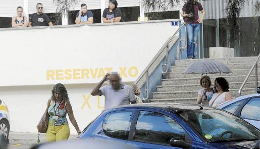 El oficial encarcelado se toca la cabeza a la salida del cuartel de San Fernando el día siguiente a su detención.