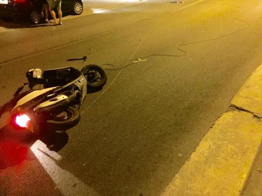 Imagen de la moto tras el accidente.
