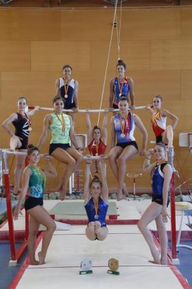 Las gimnastas integrantes de los equipos A y B del Xelska, campeón y subcampeón de España por clubes de gimnasia artística femenina, respectivamente, en Príncipes de España con sus medallas y trofeos y medallas.