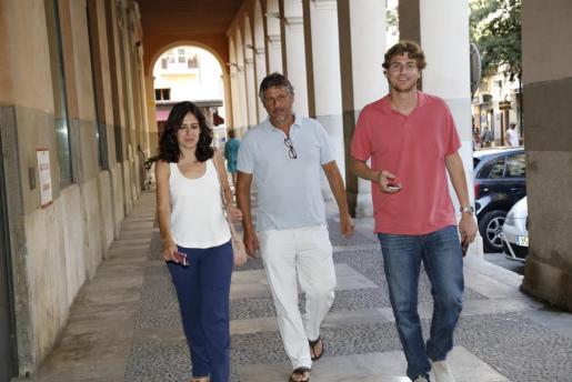 Sandra Fernández, Biel Matas y Sebastià Sagreras, el candidato de los críticos, a su llegada a la sede del PP.