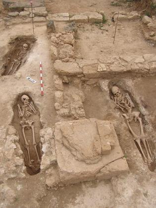 La posición de los restos óseos sigue el ritual del enterramiento cristiano.