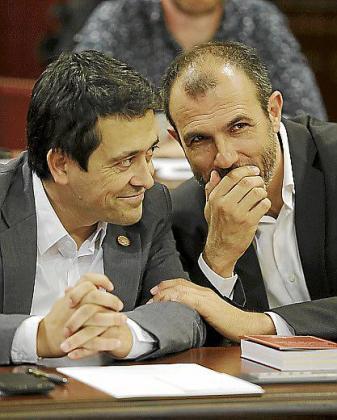 Nel Martí y Biel Barceló, en el Parlament.