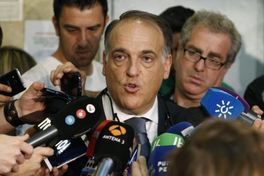 El presidente de la Liga de Fútbol Profesional (LFP), Javier Tebas, atiende a los medios de comunicación en una imagen de archivo.