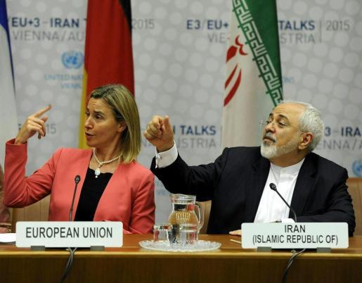La jefa de la diplomacia europea, Federica Mogherini (izq), y el ministro de Exteriores iraní, Mohamad Javad Zarif, participan en una rueda de prensa celebrada en el ámbito de la reunión sobre el programa nuclear iraní en Viena.