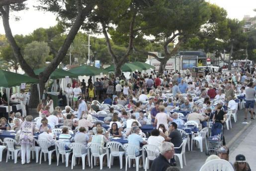 El Passeig de la Sirena se llenó de gente para degustar los platos que se ofrecían en la Mostra de Cuina Marinera.