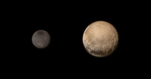Imagen fechada el 11 de julio de 2015 y facilitada por la NASA que muestra una imagen de Plutón (dcha) y Charon, la más grandes las cinco lunas de plutón. Foto: NASA / JHUAPL / SWRI / HANDOUT