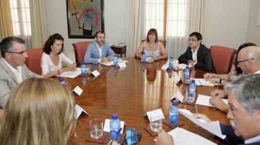 Imagen de la reunión celebrada este miércoles entre miembros del Govern y representantes de las patronales y sindicatos.