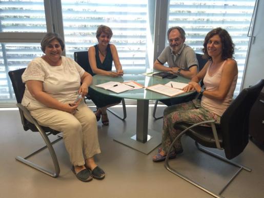 La consellera Camps (izquierda) reunida con los representantes de la OCB.