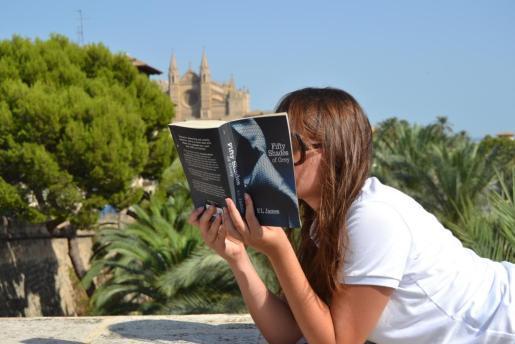 Una lectora del libro 'Cincuenta sombras de Grey'.