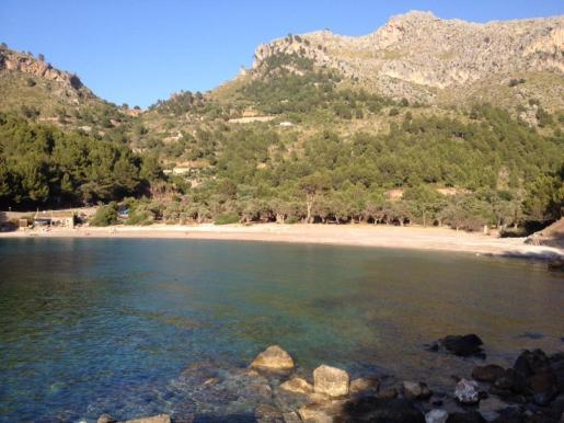 Una panorámica de Cala Tuent. Se ha proyectado habilitar el aparcamiento entre el mar y la ladera de la montaña.