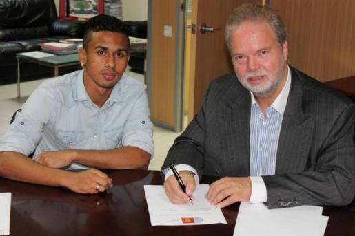 El jugador brasileño y el presidente del club balear firmando el acuerdo de cesión.