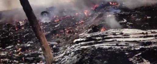 Uno de los fotogramas del video grabado y difundido por los separatistas prorrusos rodeados de los restos del avión.
