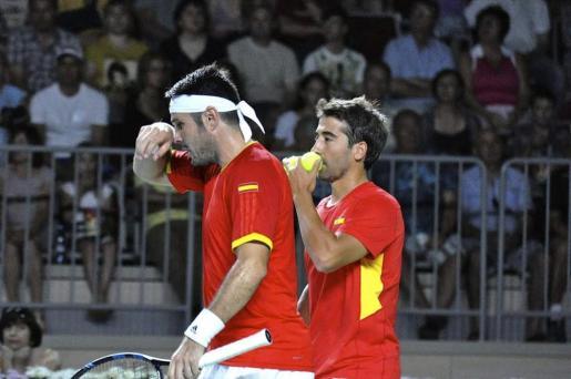 Marc López y David Marrero, durante el partido de dobles contra la pareja de rusos Konstantin Kravchuk y Evgeny Donskoy.