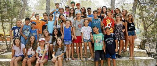 Foto del grupo de menores que han disfrutado del Campamento de Arte  en Cala Jondal.