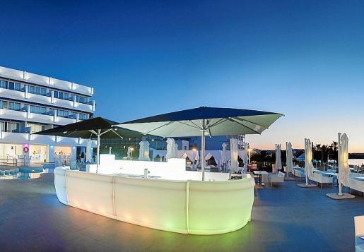 La nueva cita musical de Aperture Terrace Ibiza (Sant Antoni), nos ofrece la posibilidad de disfrutar de una maravillosa puesta de sol mientras nos embriagamos y nos dejamos llevar por los mejores ritmos del rock, del blues o del swing.