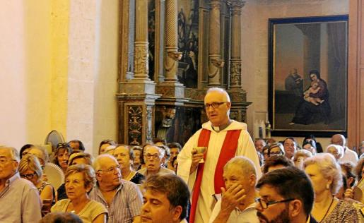 El expárroco Joan Pons concelebró la misa de este lunes y se sintió arropado por los vecinos de sa Pobla.