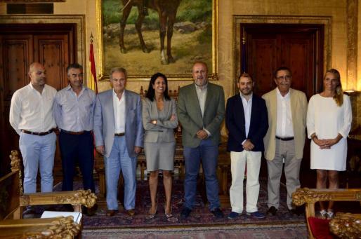 Representantes del Consell de Mallorca y de la Federación Hotelera, posando antes de la reunión.