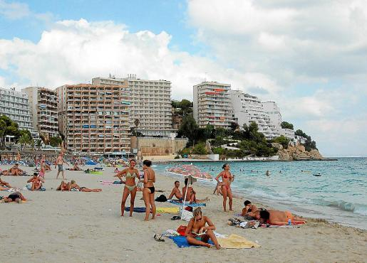 Imagen de la playa de Magaluf y de varios establecimientos hoteleros anexos.