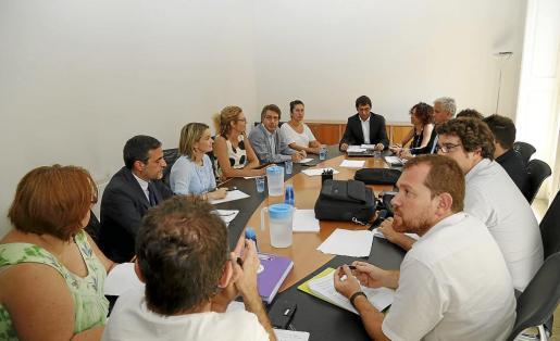 El conseller Iago Negueruela se reunió este lunes con representantes de todas las formaciones parlamentarias.