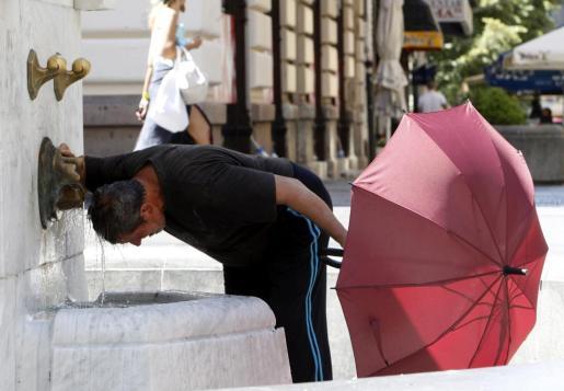 Un hombre se refresca en una fuente en Belgrado a casusa del calor que se registra en la zona. Foto: KOCA SULEJMANOVIC