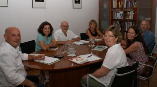 La consellera Fina Santiago y el director general de Serveis Socials, Andreu Horrach, reunidos con Margalida Riutort de Càritas, Carme Muñoz de EAPN Balears y Josep Falcó de Fundació Deixalles.