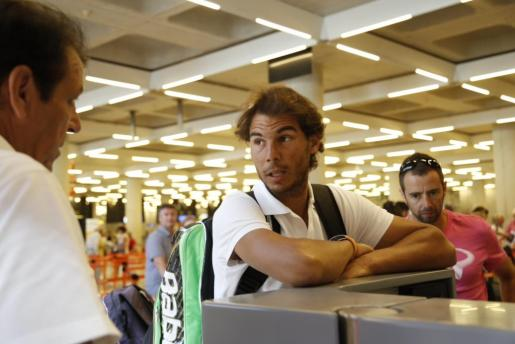 Rafael Nadal, en un mostrador de facturación del aeropuerto de Son Sant Joan.