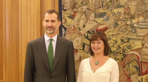 El Rey y Francina Amrngol, antes de comenzar la reunión.