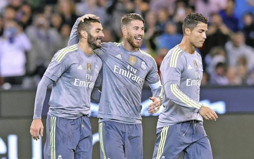 El futbolista del Real Madrid Karim Benzema celebra con su compañero Sergio Ramos y Cristiano Ronaldo tras marcar un gol al Manchester City.